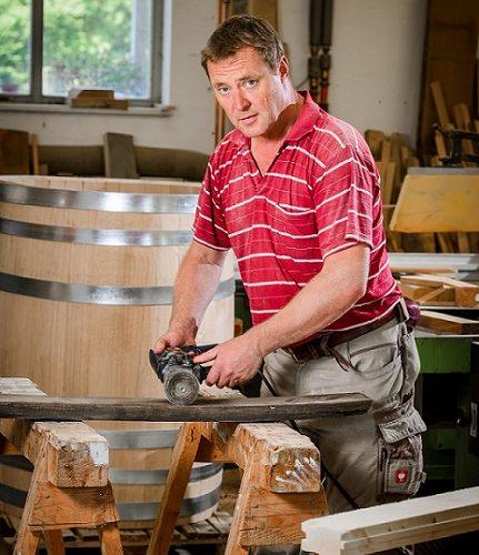 Böttcher Carsten Romberg aus Roßbach fertigt aus alten Fassdauben Weinflaschen-Ständer Naumburger Unikat